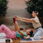 Júlia Godino y Alexa Moya - PICNIC ON THE MOON